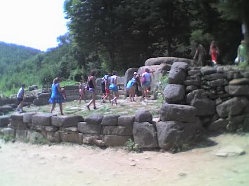 Туристы у дольмена