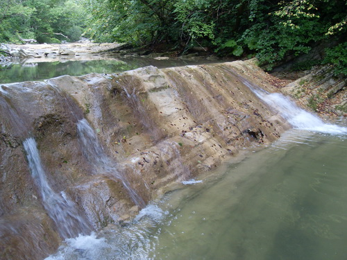 Невысокий водопад на реке Жане