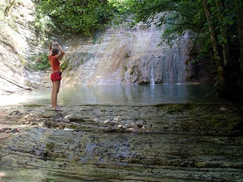 На этом водопаде мы встретили людей