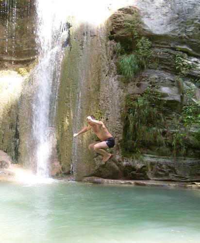 Прыжок в бассейн водопада