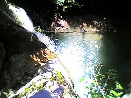 Вода льется через край водопада