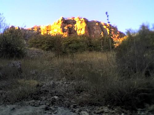 Уходящее солнце светит на скалы