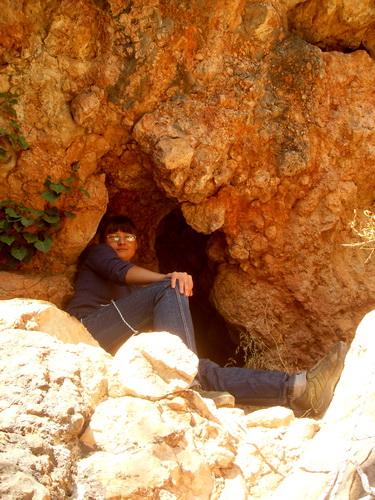 Небольшая красная пещера.