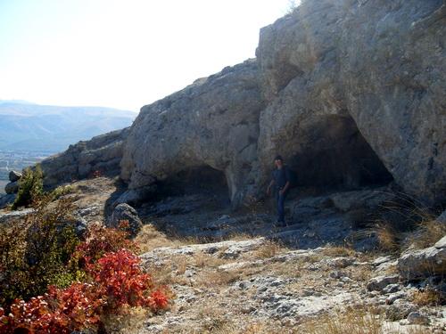 Три неглубокие пещеры.