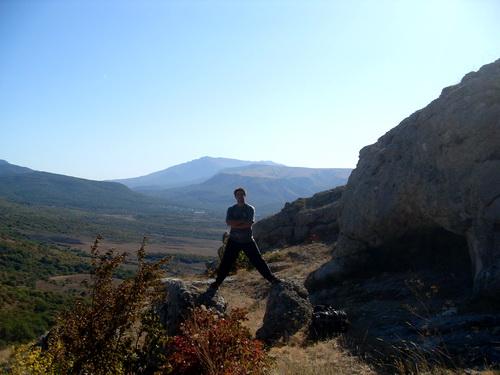На фоне далеких гор