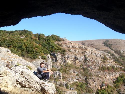 Из-под свода пещеры.