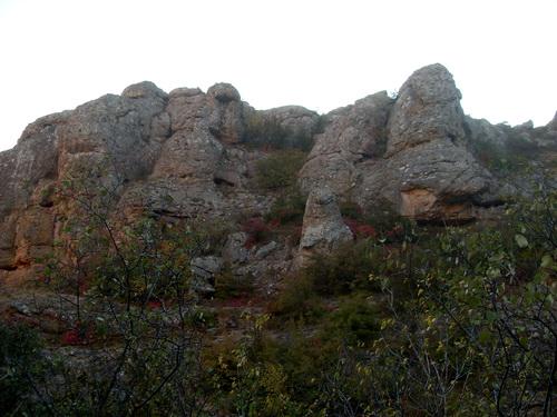 В этих скалах можно увидеть фигуры