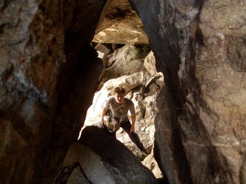 Вид через отверстие в потолке пещеры.