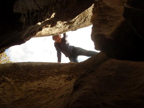 Я заглядываю в пещеру.