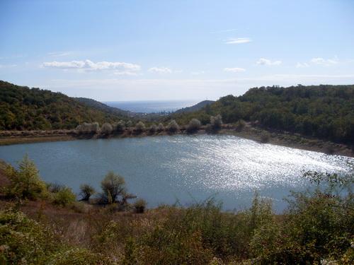 Небольшое озеро.