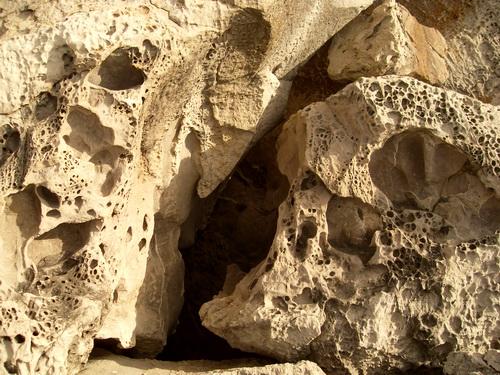 Каменные стены с узорами