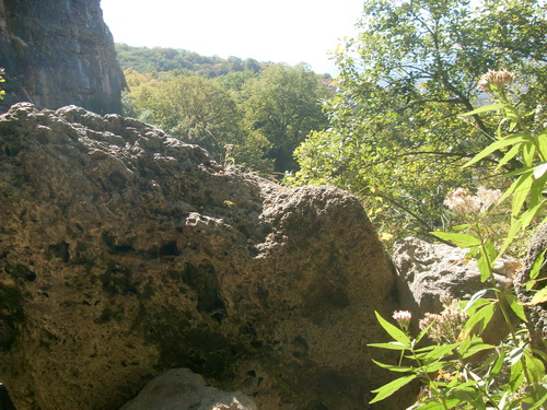 Скала из пористого камня