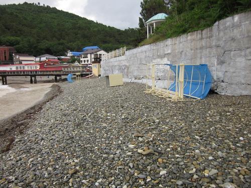Перевернутые раздевалки и навесы на пляже