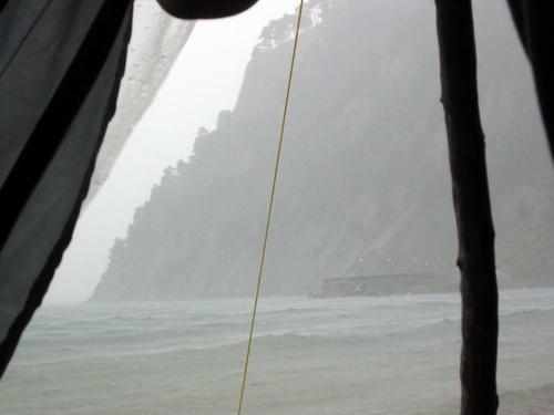Вид из палатки во время дождя